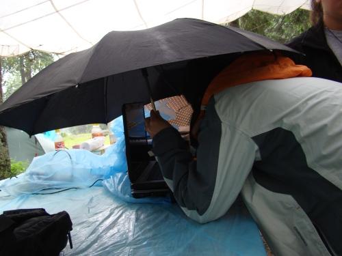 Laptop si imprimanta sub umbrela, cu generatorul langa